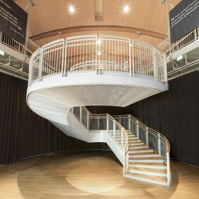 Escalier sur meure d'exception à volée courbe suspendue